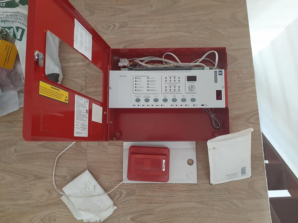 Một thiết bị khi lắp đặt hệ thống báo cháy